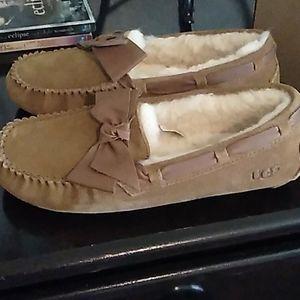 Size 7 ugg slippers Dakota Leather bow chestnut